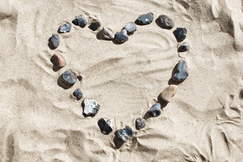 Corazón hecho de piedras en la playa foto de archivo libre de regalías