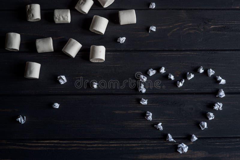 Corazón hecho del papel y de las melcochas fotos de archivo