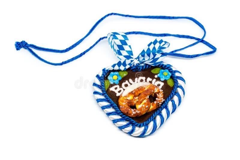 Corazón más oktoberfest bávaro típico con la trayectoria de recortes en blanco fotografía de archivo