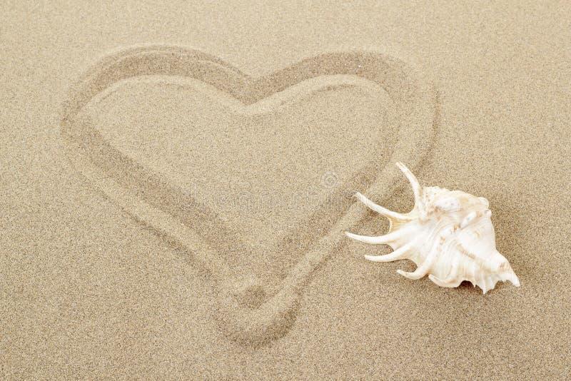 Corazón manuscrito en la arena con el seashell fotografía de archivo libre de regalías