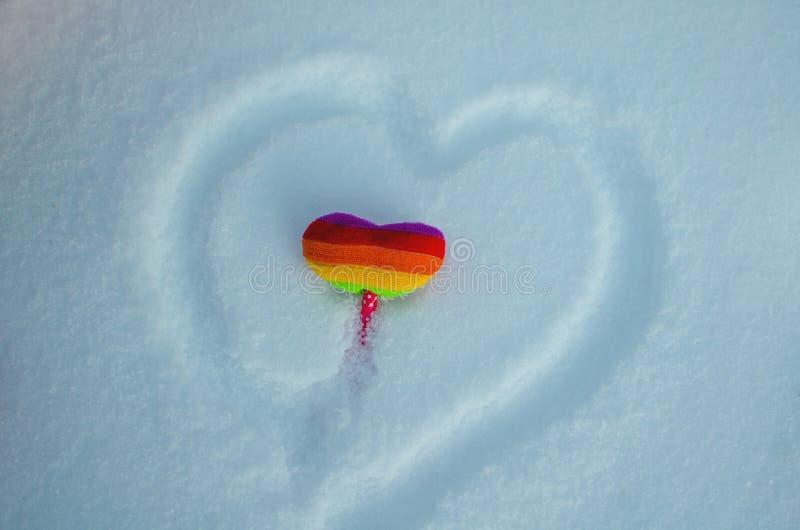 Corazón multicolor en la nieve El día de tarjeta del día de San Valentín del fondo, lugar para el texto, corazón del amor fotografía de archivo