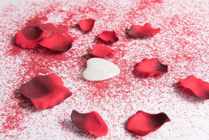 Corazón Para El Día Y Las Hojas Color De Rosa De La Tarjeta Del Día ...