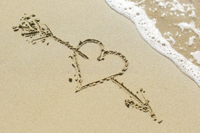 Corazón perforado por la flecha de Cupid. imagen de archivo libre de regalías