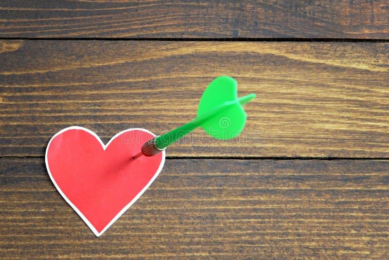 Corazón perforado por una flecha imágenes de archivo libres de regalías