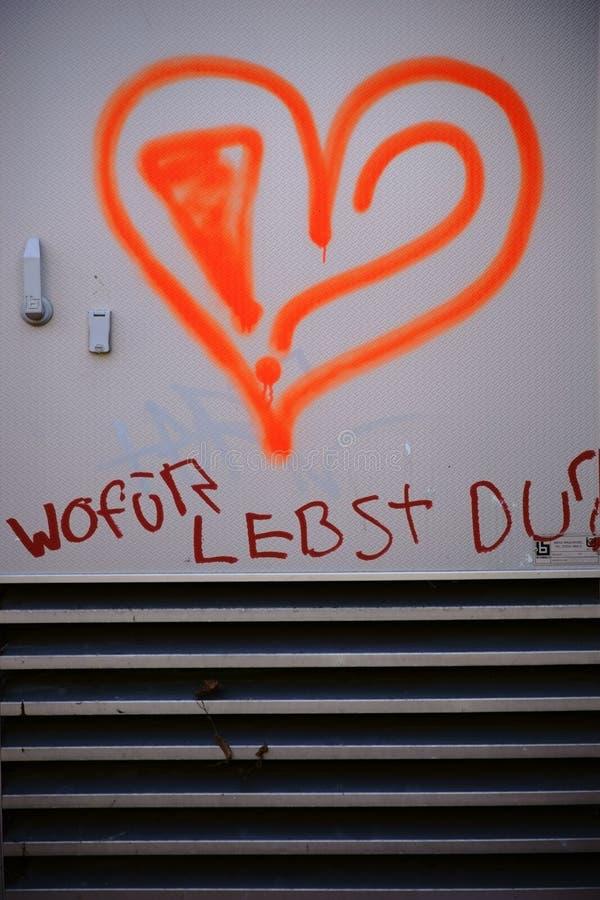 Corazón pintado con lema imagenes de archivo