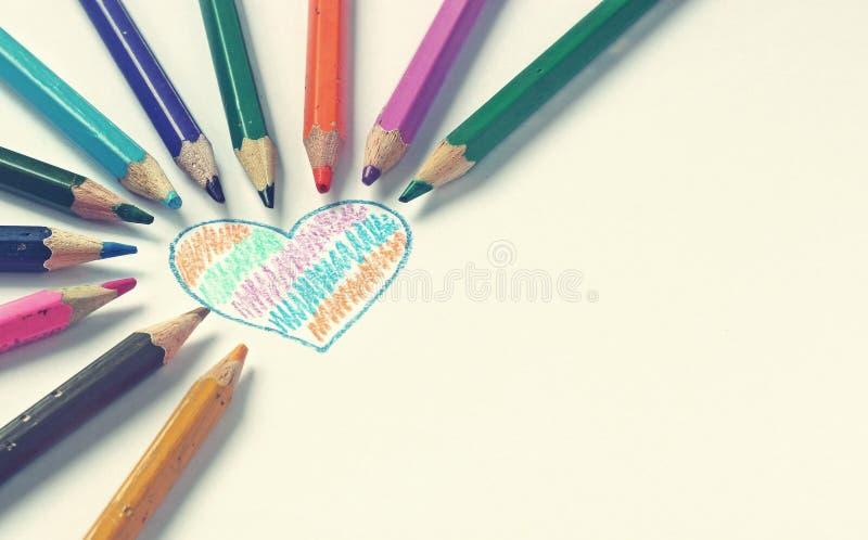 Corazón pintado con los lápices del color fotografía de archivo libre de regalías