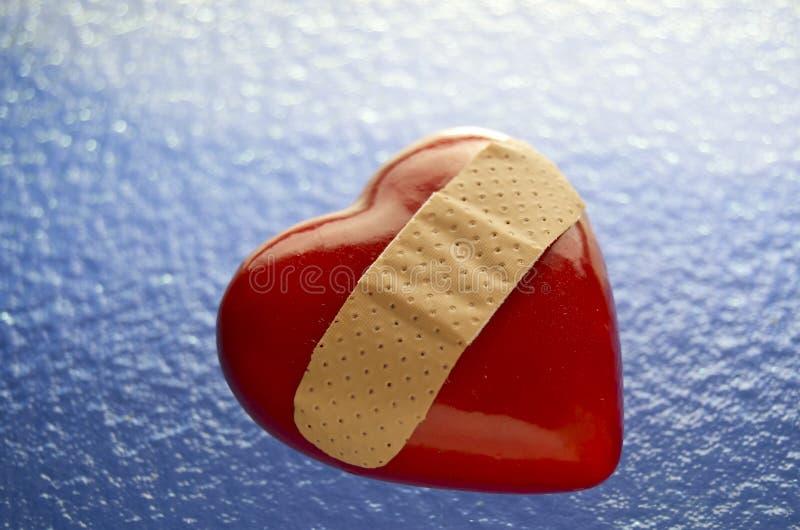 Corazón quebrado vendado imagen de archivo libre de regalías