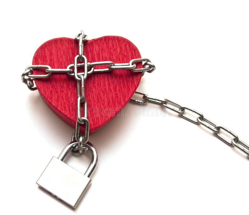 Corazón rojo bloqueado con el encadenamiento fotografía de archivo