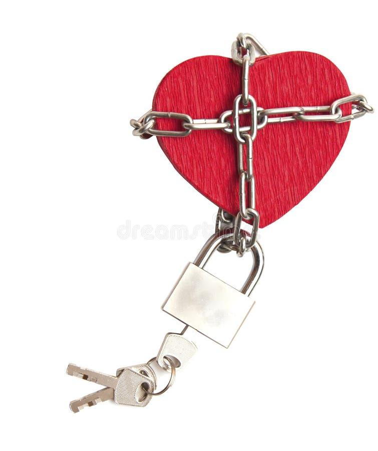 Corazón rojo bloqueado con el encadenamiento en blanco foto de archivo libre de regalías