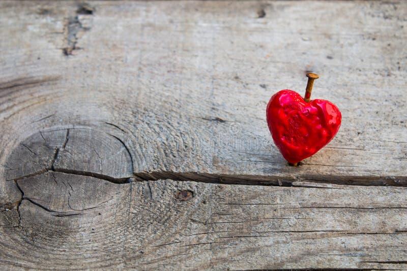 Corazón rojo de fusión clavado del amor imágenes de archivo libres de regalías