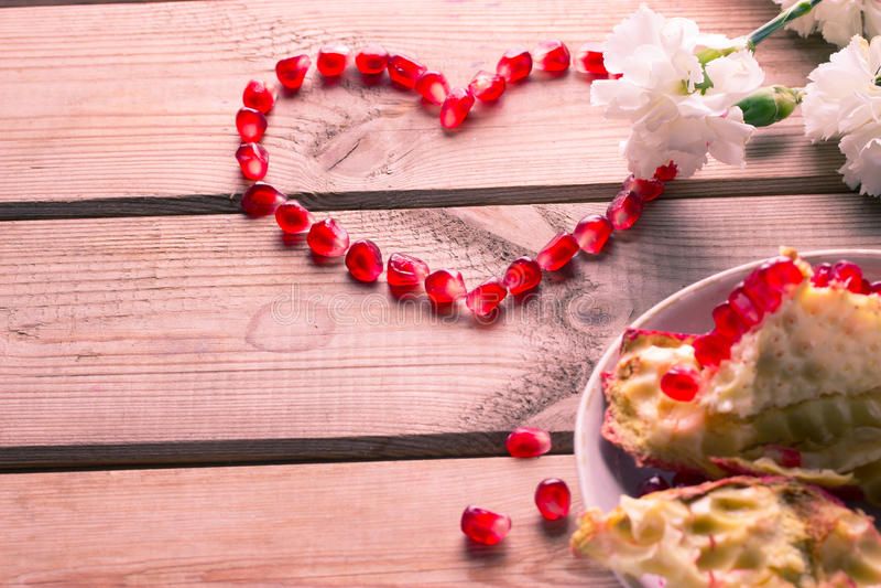 Coraz n rojo de granos de la granada madura imagen de for Maduras en la cocina