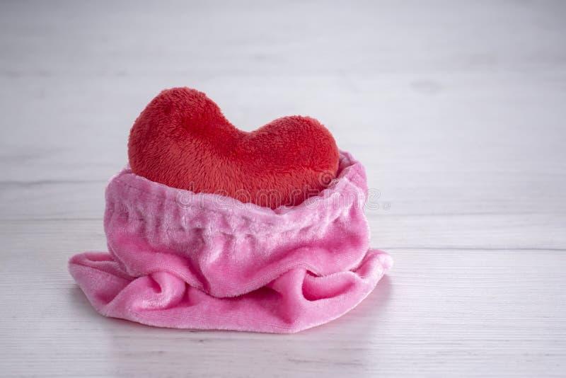 Corazón rojo de la felpa del bagful rosado en día de San Valentín imágenes de archivo libres de regalías