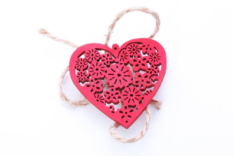 Corazón rojo de madera aislado en el fondo blanco foto de archivo libre de regalías