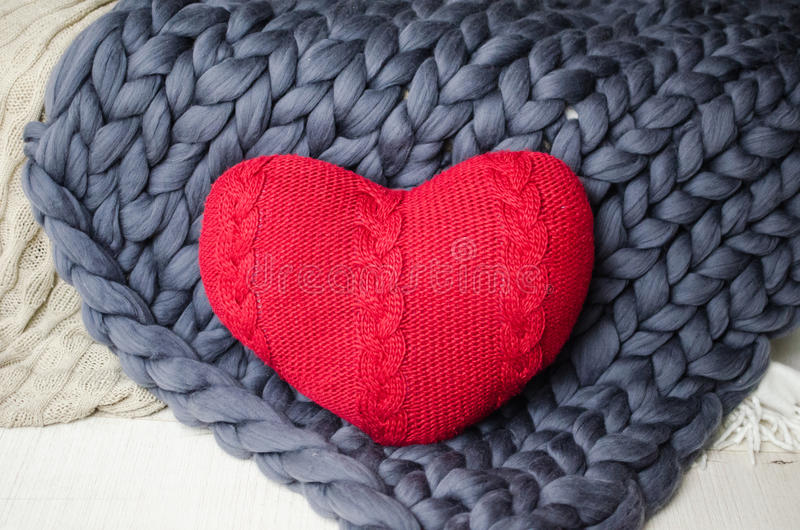 Corazón rojo de punto en la tela escocesa fotografía de archivo