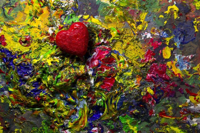 Corazón rojo del amor en la paleta colorida fotografía de archivo