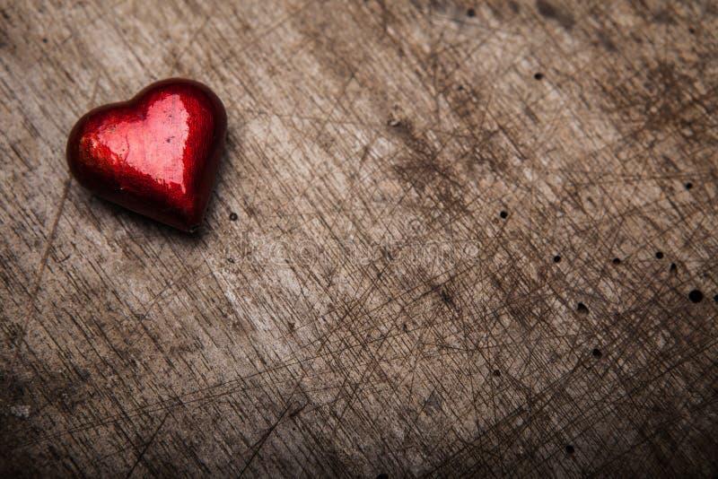 Corazón rojo del día de tarjetas del día de San Valentín en la madera vieja Los días de fiesta cardan con el SP de la copia foto de archivo