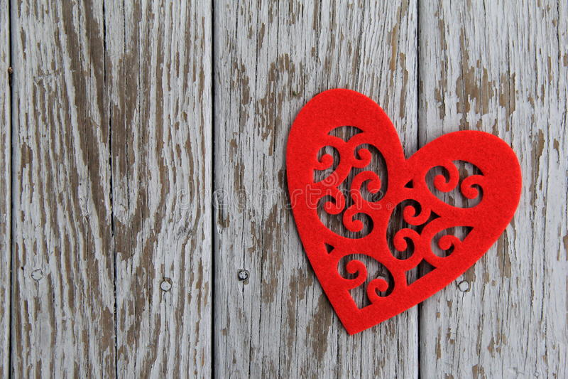Corazón rojo del recorte en la madera gris fotografía de archivo libre de regalías
