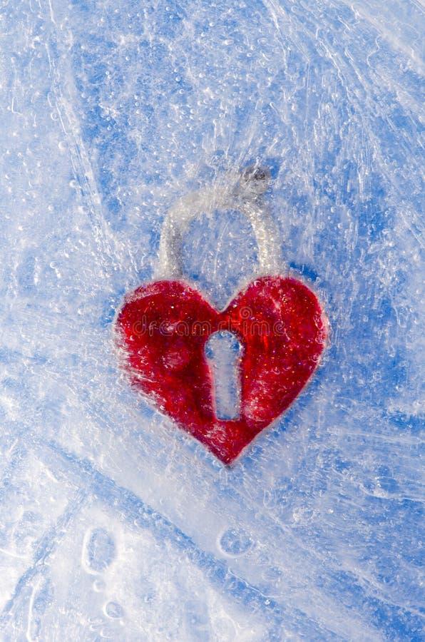 Corazón rojo del símbolo del amor en hielo del invierno foto de archivo