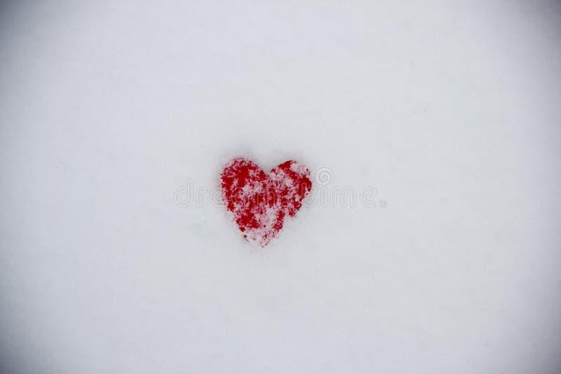 Corazón rojo en el símbolo de la nieve fotografía de archivo