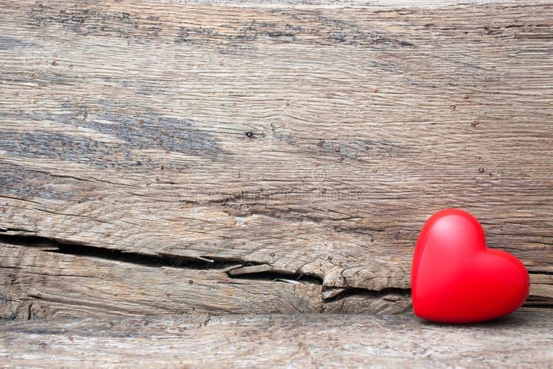 Corazón rojo en grieta del tablón de madera imágenes de archivo libres de regalías
