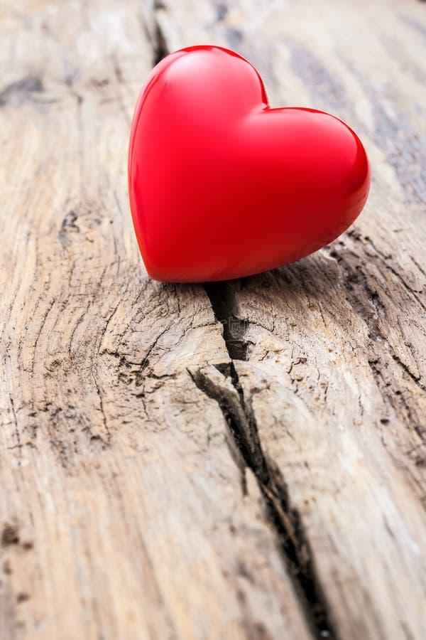 Corazón rojo en grieta del tablón de madera imagen de archivo libre de regalías