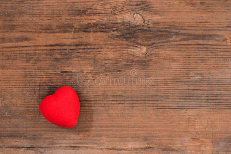 Corazón rojo en la opinión de sobremesa de madera del vintage Tarjeta de felicitación del día de tarjetas del día de San Valentín foto de archivo
