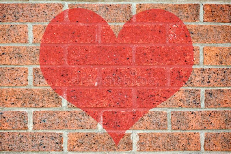 Corazón rojo en la pared de ladrillo fotos de archivo libres de regalías