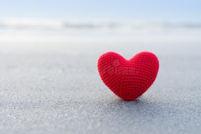 Corazón rojo en la superficie de la arena fotos de archivo libres de regalías