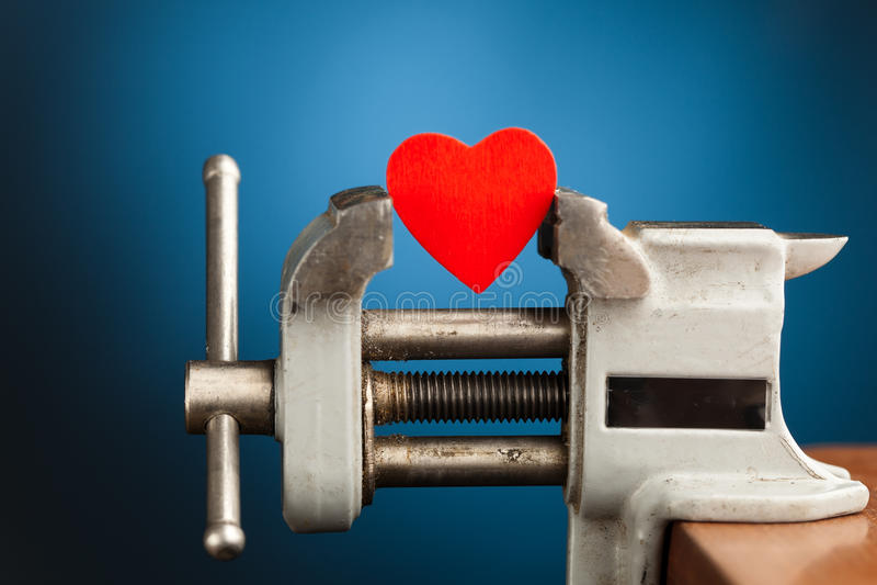 Corazón rojo en la vice herramienta fotos de archivo libres de regalías
