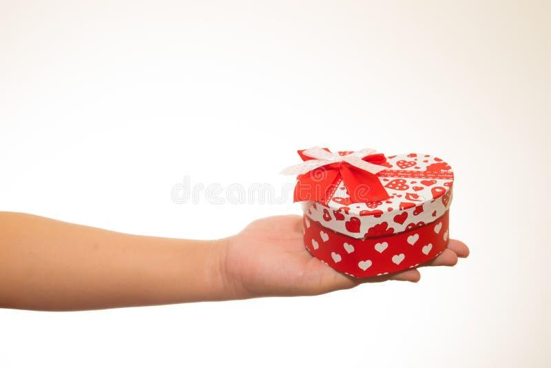 Corazón rojo en manos Aislado en blanco fotos de archivo libres de regalías