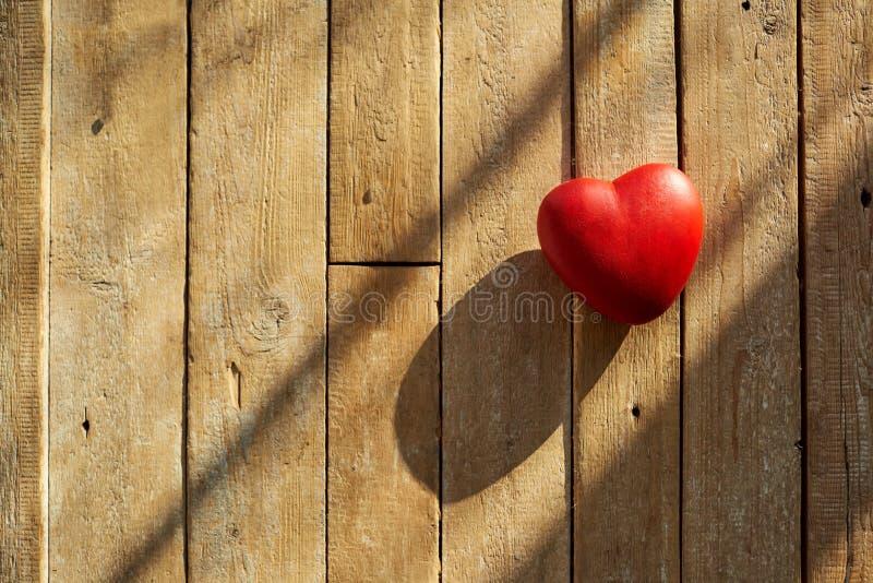 Corazón rojo en un fondo de madera fotografía de archivo libre de regalías