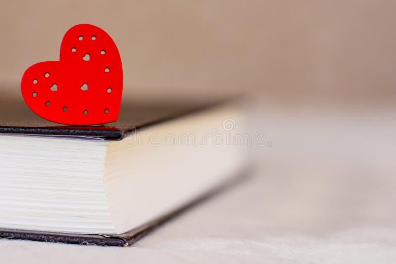Corazón rojo en un libro grueso, la biblia Amo la biblia Space_ de la copia fotos de archivo libres de regalías