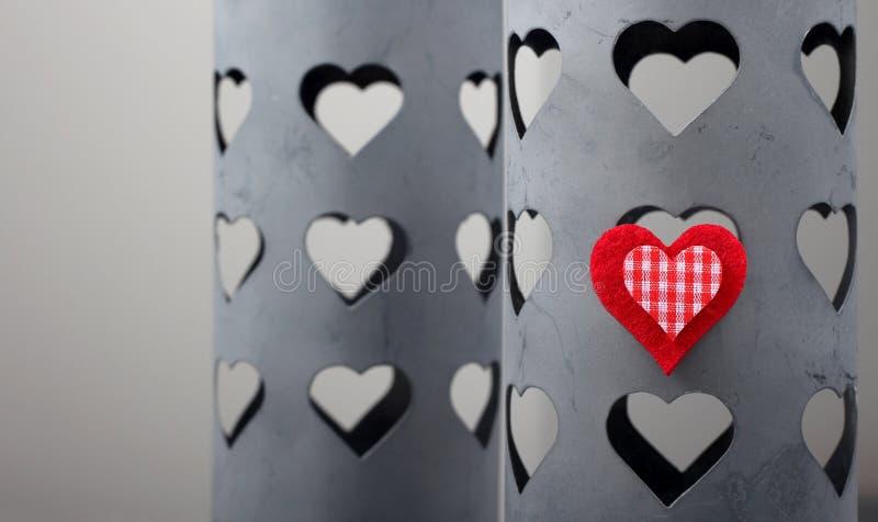 Corazón rojo en un rectángulo del estaño foto de archivo