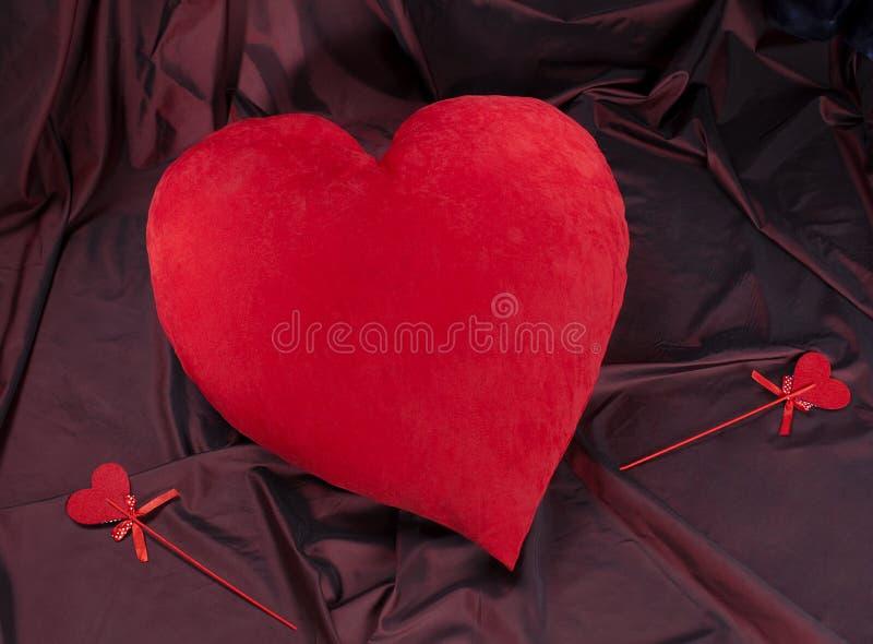 Corazón rojo grande y pequeños corazones, día del ` s de la tarjeta del día de San Valentín fotos de archivo libres de regalías