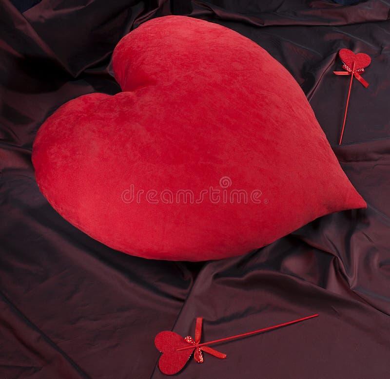 Corazón rojo grande y pequeños corazones, día del ` s de la tarjeta del día de San Valentín imagenes de archivo