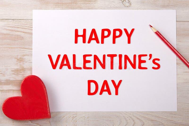 Corazón rojo Mensaje del día de tarjetas del día de San Valentín Lápiz en la tabla foto de archivo