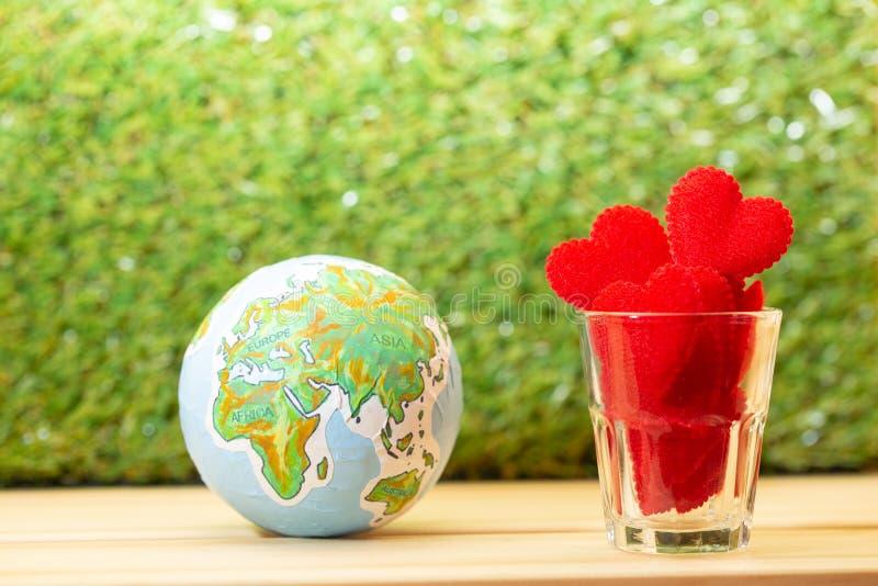 Corazón rojo para el amor y el concepto de la tarjeta del día de San Valentín fotos de archivo libres de regalías