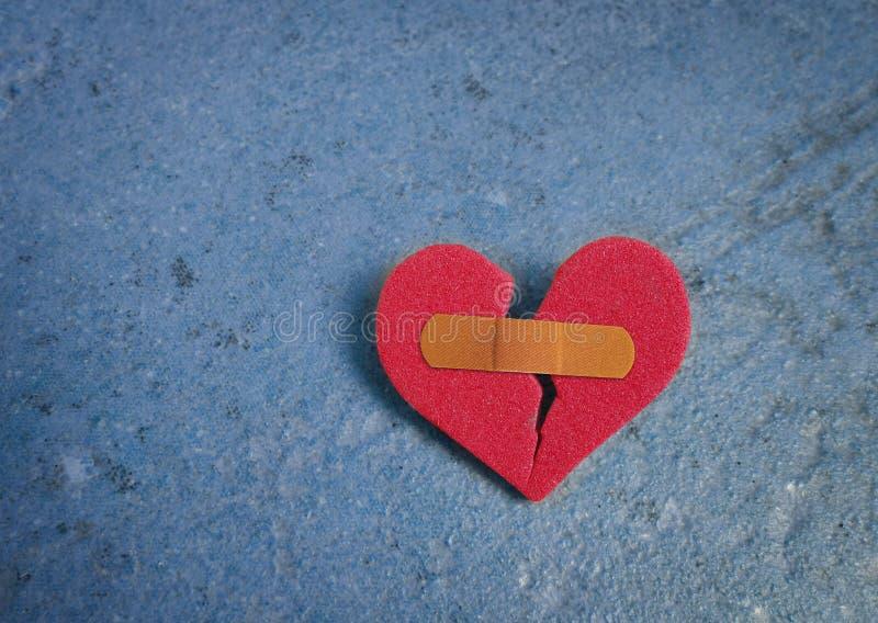 Corazón rojo quebrado imágenes de archivo libres de regalías