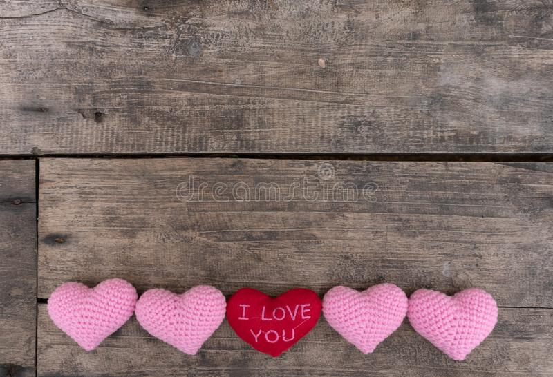 Corazón rojo te amo y corazones rosados en la tabla de madera fotografía de archivo