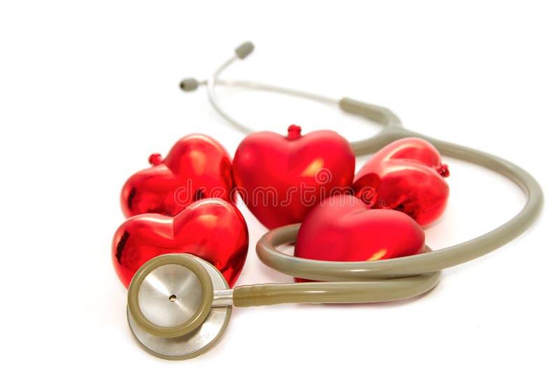 Corazón rojo y un estetoscopio fotos de archivo libres de regalías