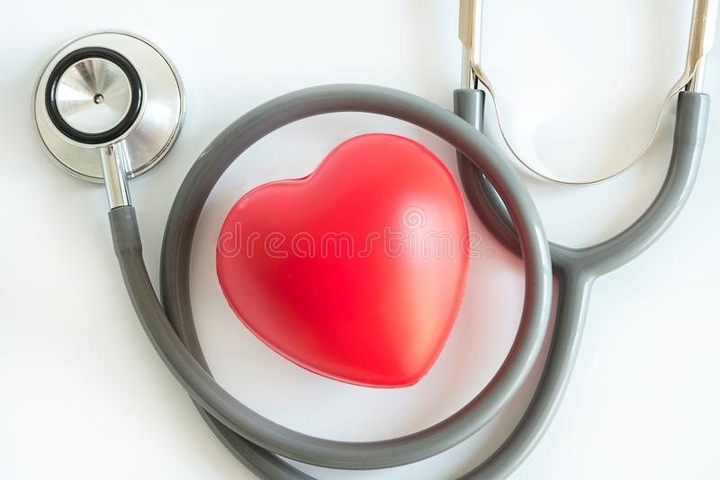 Corazón rojo y una atención sanitaria del equipamiento médico del estetoscopio médica imágenes de archivo libres de regalías