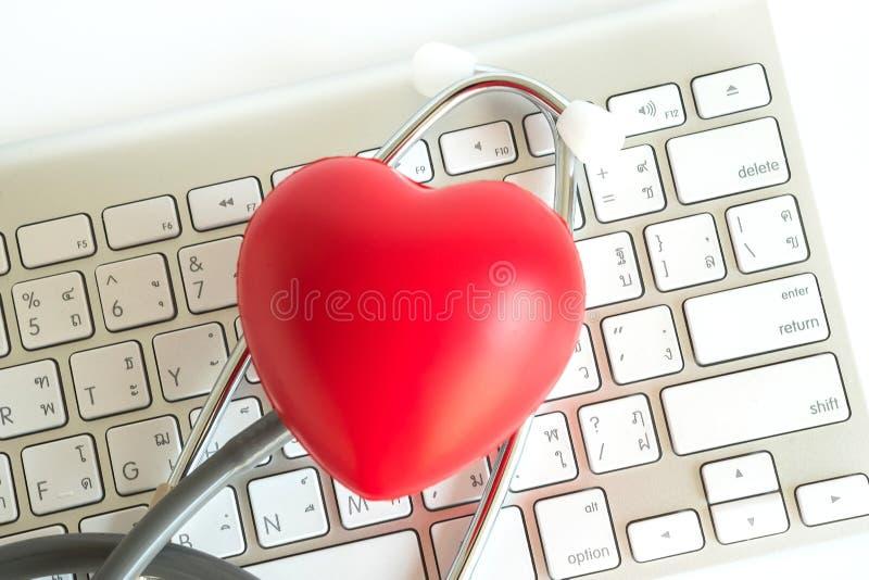 Corazón rojo y una atención sanitaria del equipamiento médico del estetoscopio médica fotografía de archivo