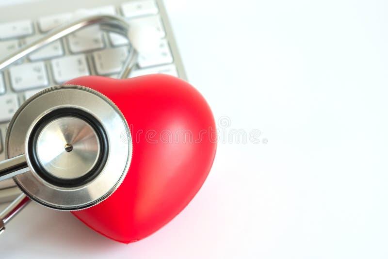 Corazón rojo y una atención sanitaria del equipamiento médico del estetoscopio médica fotos de archivo libres de regalías