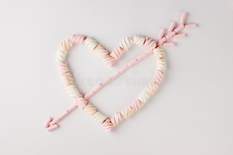 Corazón romántico con la flecha hecha de la melcocha fotografía de archivo libre de regalías