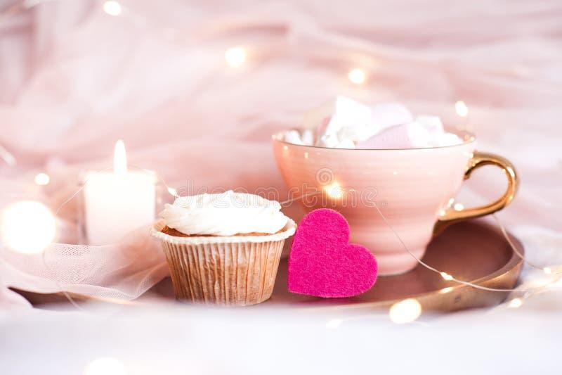 Corazón rosado con el primer de la torta foto de archivo libre de regalías