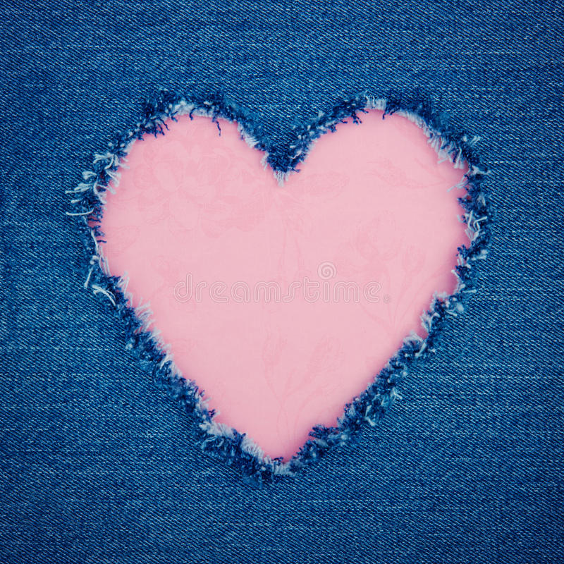 Corazón rosado del vintage en tela azul del dril de algodón imágenes de archivo libres de regalías