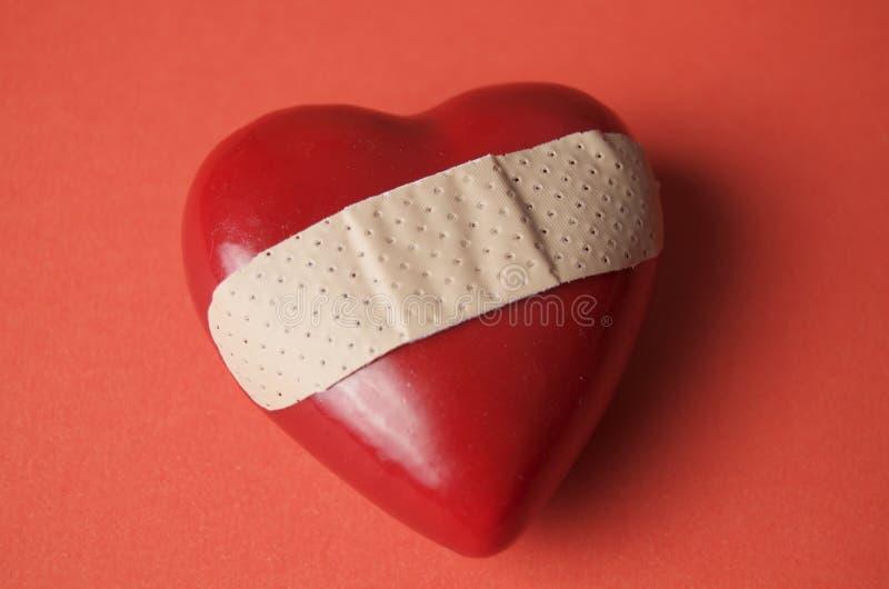 Corazón roto en rojo fotos de archivo libres de regalías