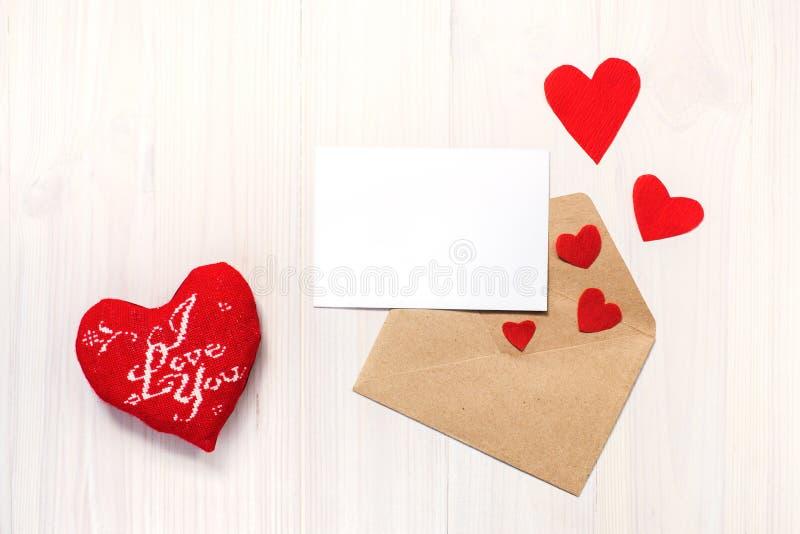 Corazón, tarjeta y sobre fotos de archivo libres de regalías
