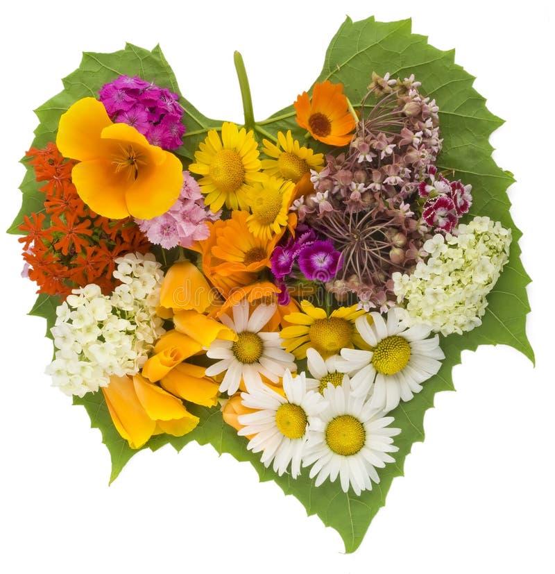 Corazón verde con las flores fotografía de archivo