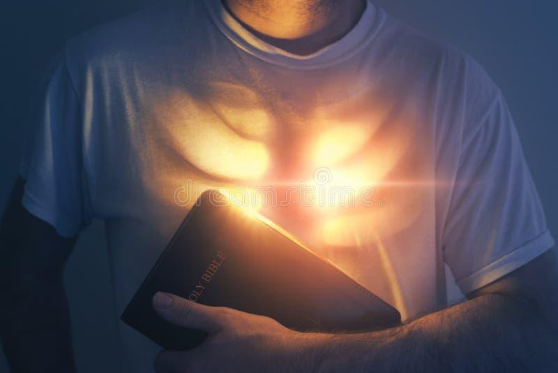 Corazón y biblia que brillan intensamente foto de archivo